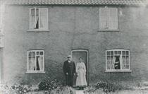 W0366a Glebe Cottage Mr & Mrs John Mann c.1930