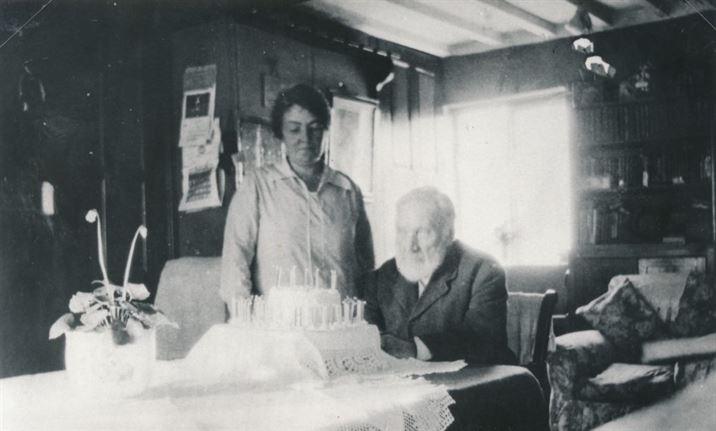 W1066b Mr Henry Edson and Miss Daisy Wakelin