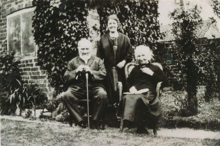 W1094a The Ruins; Mr & Mrs Henry Edson, Miss Daisy Wakelin (date?)